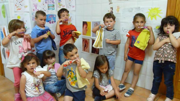 "Nuestros peques cantan: ""¡This is the way I brush my teeth!"""
